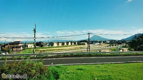 鹿児島に近づいてくると進行方向左側に桜島も見えてきます。