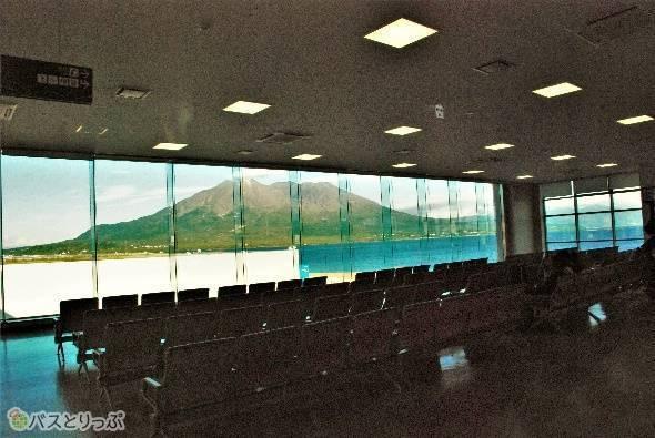 3階の待合室から見る桜島は圧巻