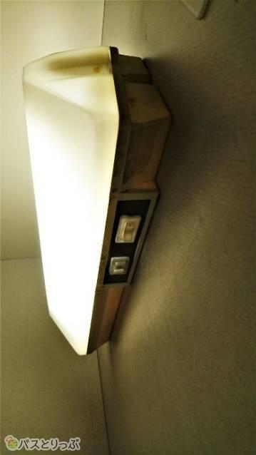 二等寝台のコンセントは、ベッドの電気のスイッチの脇にあります。