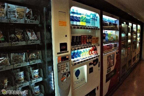 飲み物だけではなく、スナック菓子などの自販機も豊富。