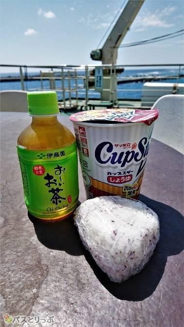 売店と自販機で揃えた簡単な食事も海を見ながらだとご馳走に。