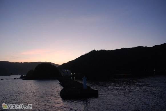 明け方に海から見る奄美大島
