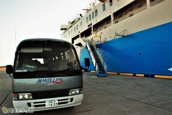 沖縄の本部港ではワゴン車で旅客待合室まで送り届けてくれます。