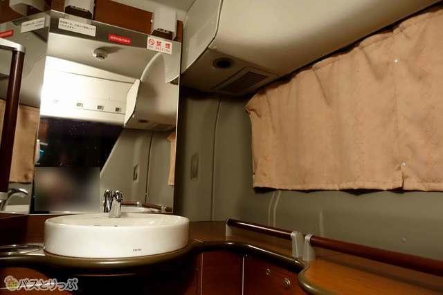 メイクにも便利な大きな鏡の付いた独立洗面台