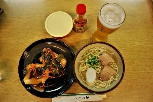 第一牧志公設市場にて沖縄の地ビール「ゴーヤビール」とアオブダイのあんかけとソーキそば