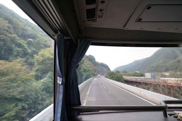 バスは山の中へ