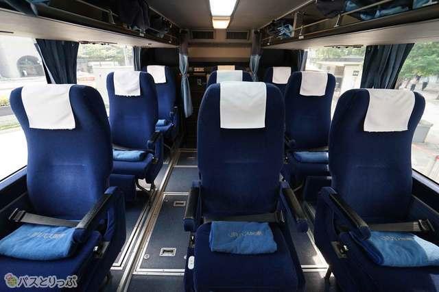 3列独立シートで隣の座席間隔も余裕の広さ