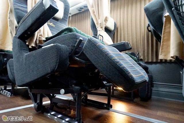 シートを倒すと、連動して座面やフットレストが上に傾いていく