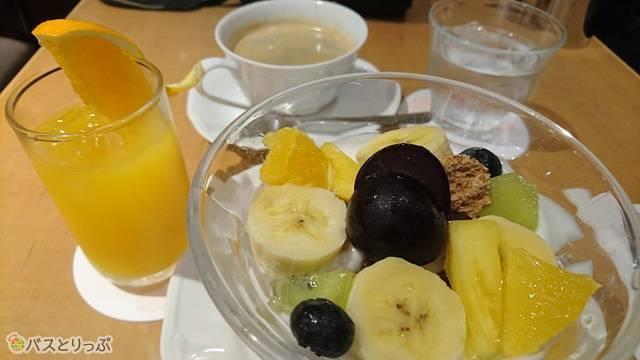 シリアルボウルはコーヒーだけではなくオレンジジュースもつきます