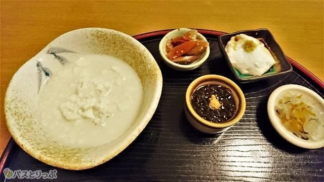 豆乳ににがりを入れただけのやわらかいおぼろ状の「ゆし豆腐」(左)、もちもちした食感がたまらない落花生の搾り汁に芋くずを加えて作った「ジーマーミ豆腐」(右上)など。