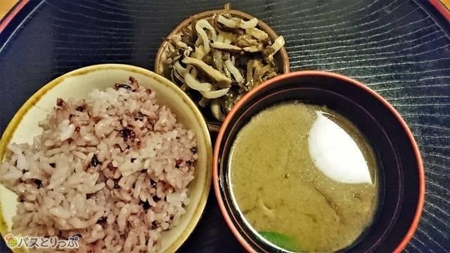 古代米のご飯としいたけとこんにゃくが入った甘味噌を使った沖縄の味噌汁