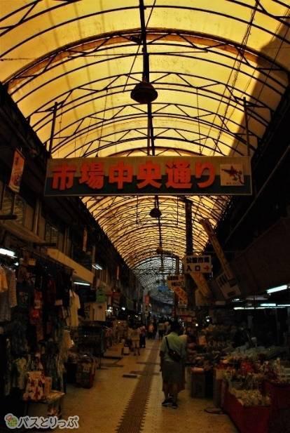 土産物屋や果物屋など様々な店が建ち並ぶ市場中央通り
