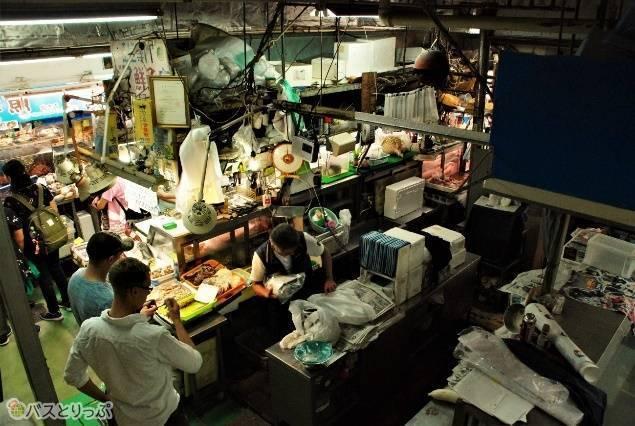 市場内を闊歩するだけでも沖縄の食文化が感じられます。