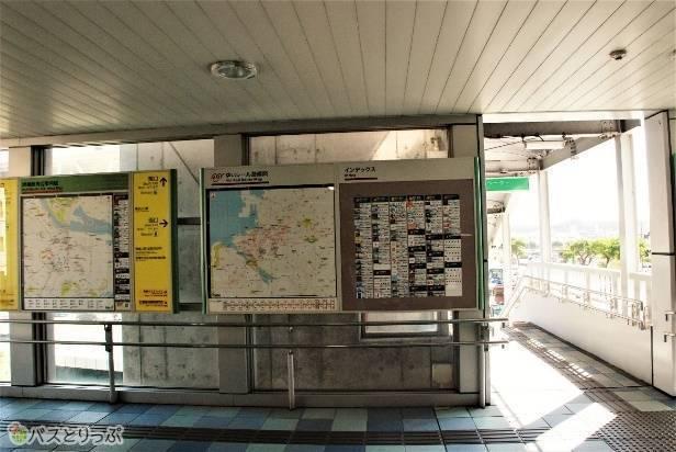 ゆいレール旭橋駅改札を出ると正面のインフォメーションを東(左)へ