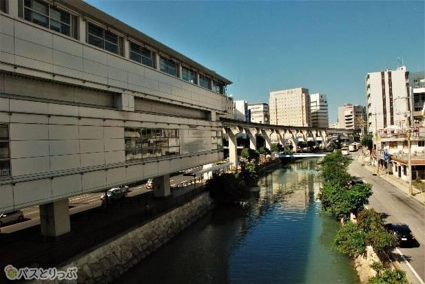 駅と階段までの間に豊川が見えます