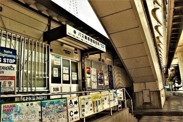 上りエスカレーターの裏側にある、案内所も兼ねた仮設のバス乗車券売り場