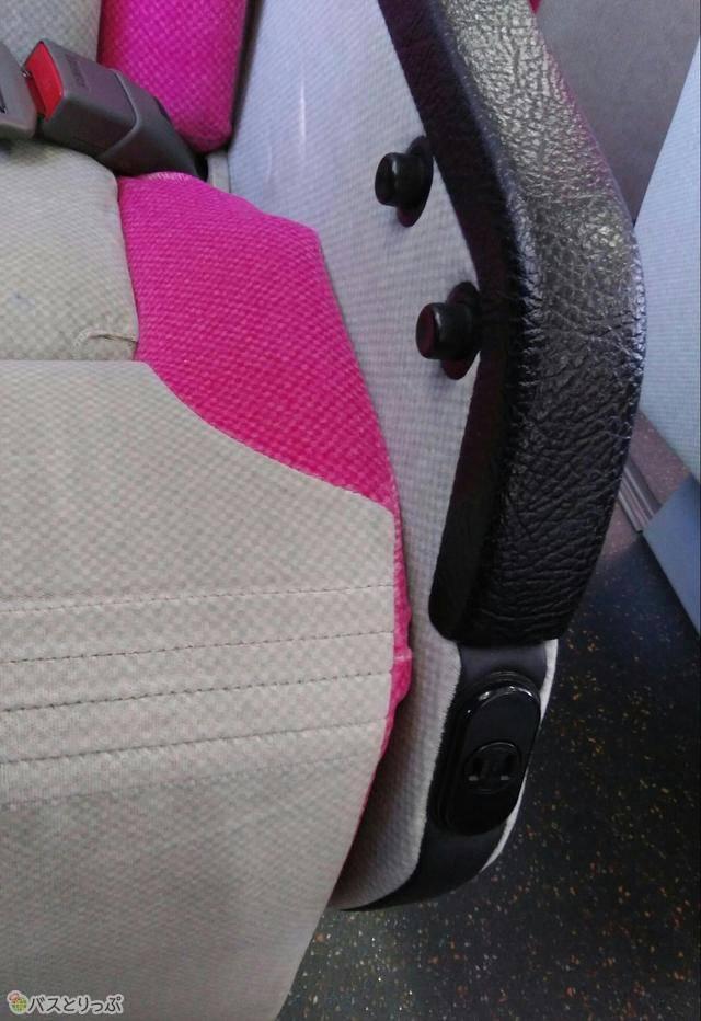 通路側席の調整ボタン