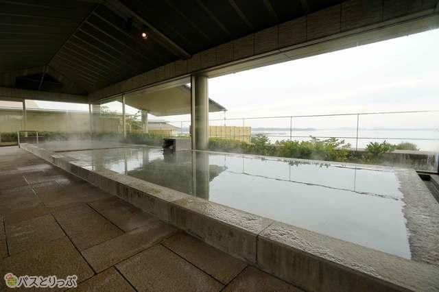 屋内浴室からも松島湾の景観を楽しめる