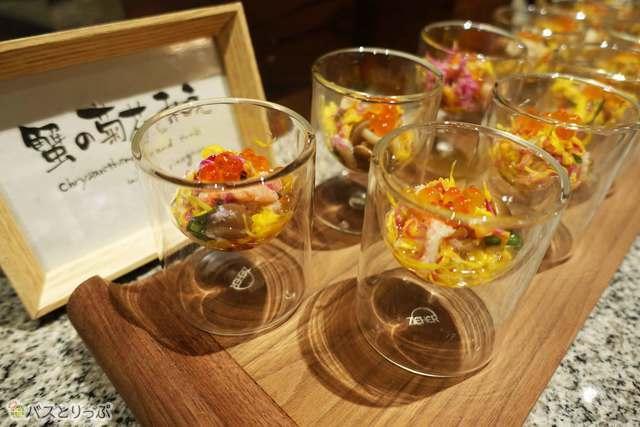 オシャレに盛り付けられた「蟹の菊菜和え」