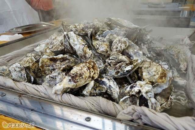 テーブル中央に牡蛎の山