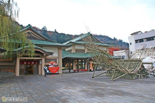 「菊の湯」女湯と、併設の「山中座」。伝統芸能山中節の公演が行われる。