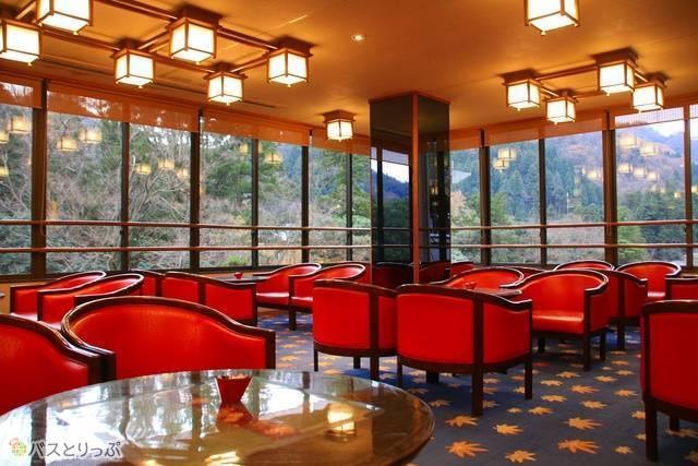 鶴仙渓をパノラマで楽しめるロビーラウンジ。珈琲や甘味もあり