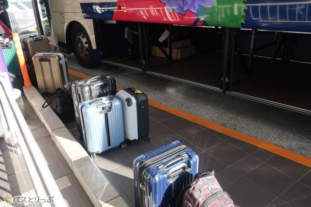 スーツケースがたくさん。行き先ごとに荷物を集め、乗せていきます