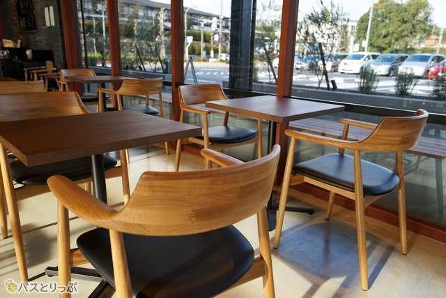 木目調の落ち着いたテーブル