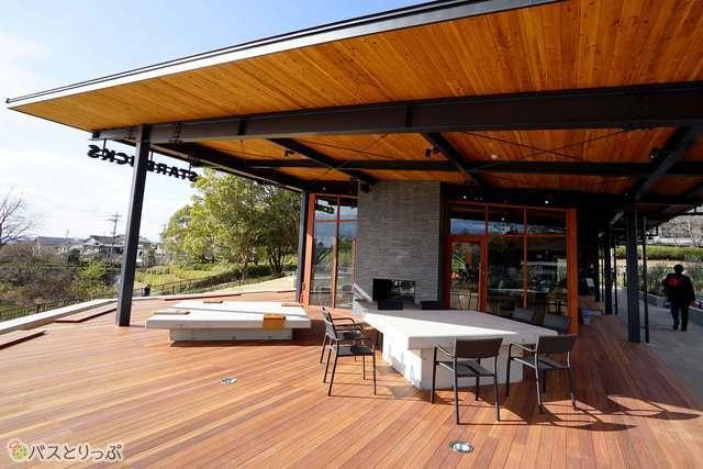 大屋根の下で自然を感じながら飲むコーヒーは最高