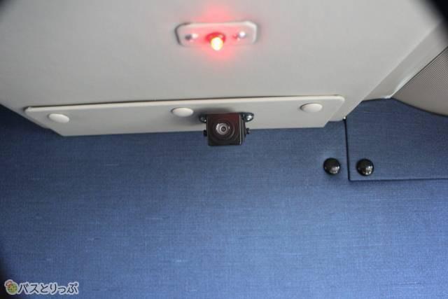 室内の天井に防犯カメラ
