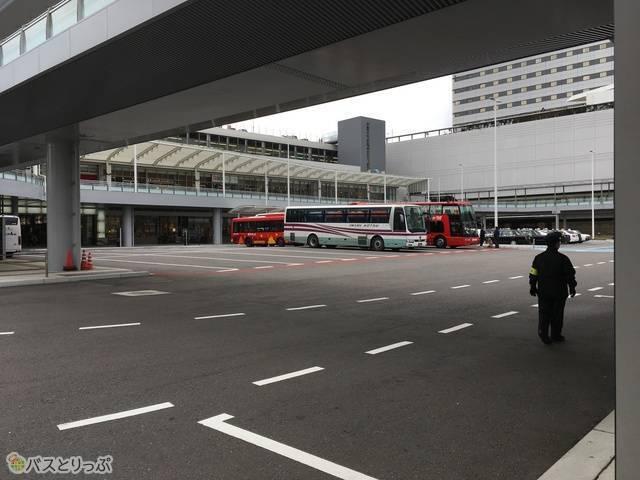 バス停やタクシー乗り場、駐車場などが一挙に集まっている