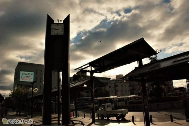 東出口を出ると時計台があり、向かって右側が停留所で2番乗り場。時計台の奥に見える建物の中に奈良交通社のチケット売り場があります