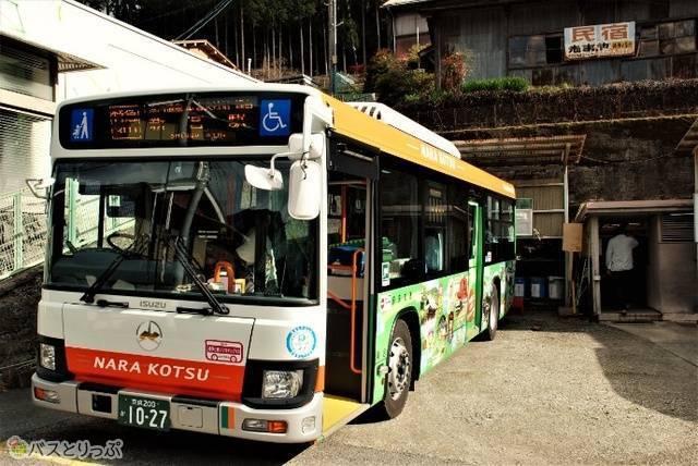 2回目の休憩場所「上野池」。バスの斜め後ろがトイレ