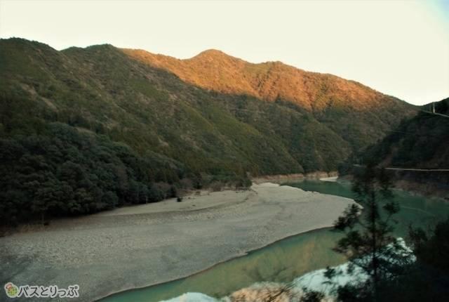 夕日に照らされる山も美しい。ちなみに流れているのは十津川