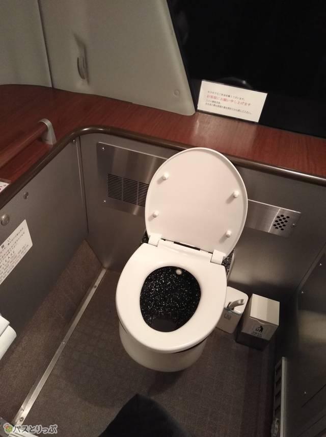 バス車内とは思えない広く綺麗なトイレ