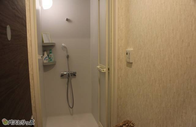 シャワー室にはシャンプーなどもあります