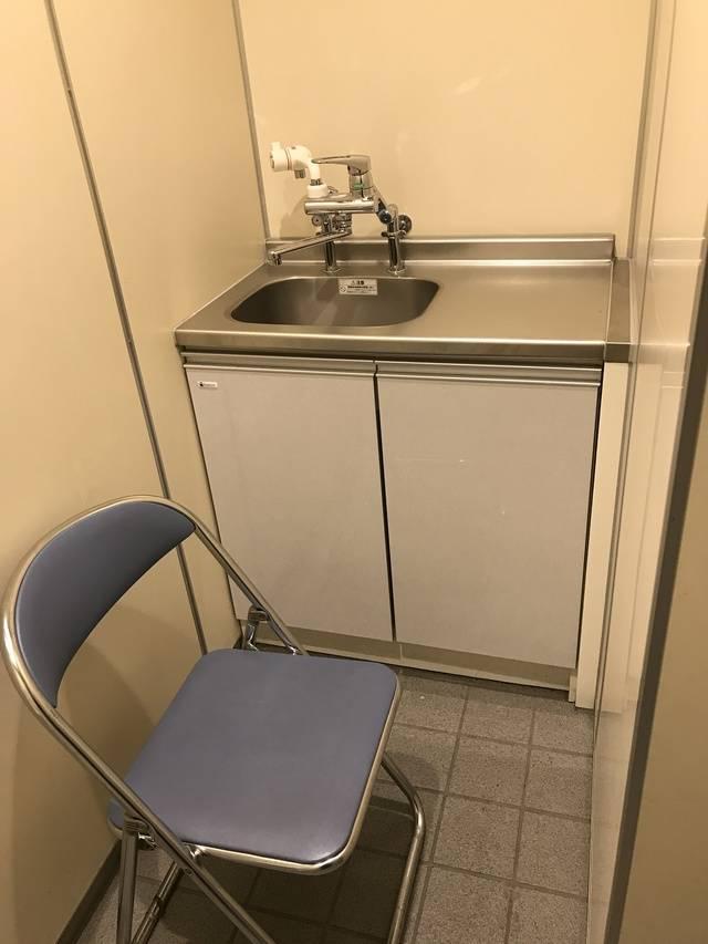 流し台・熱湯の出る水道・パイプ椅子がある