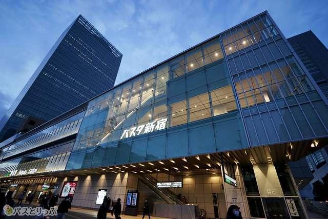 早朝から深夜までバスが絶えないターミナル「バスタ新宿」