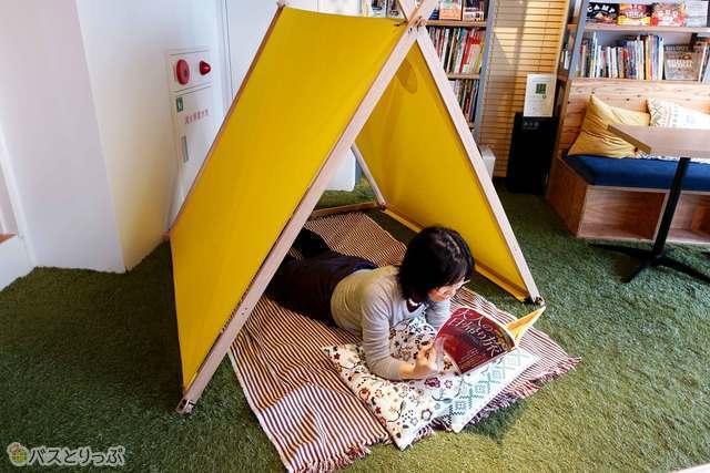テントの中でゆったり読書。こんな過ごし方もできます