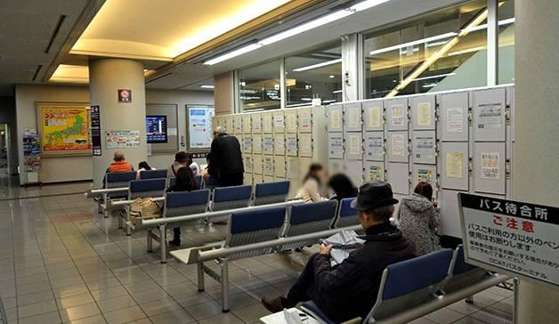 待合室にはコインロッカーもあります(大阪なんばバスターミナル徹底ガイド)
