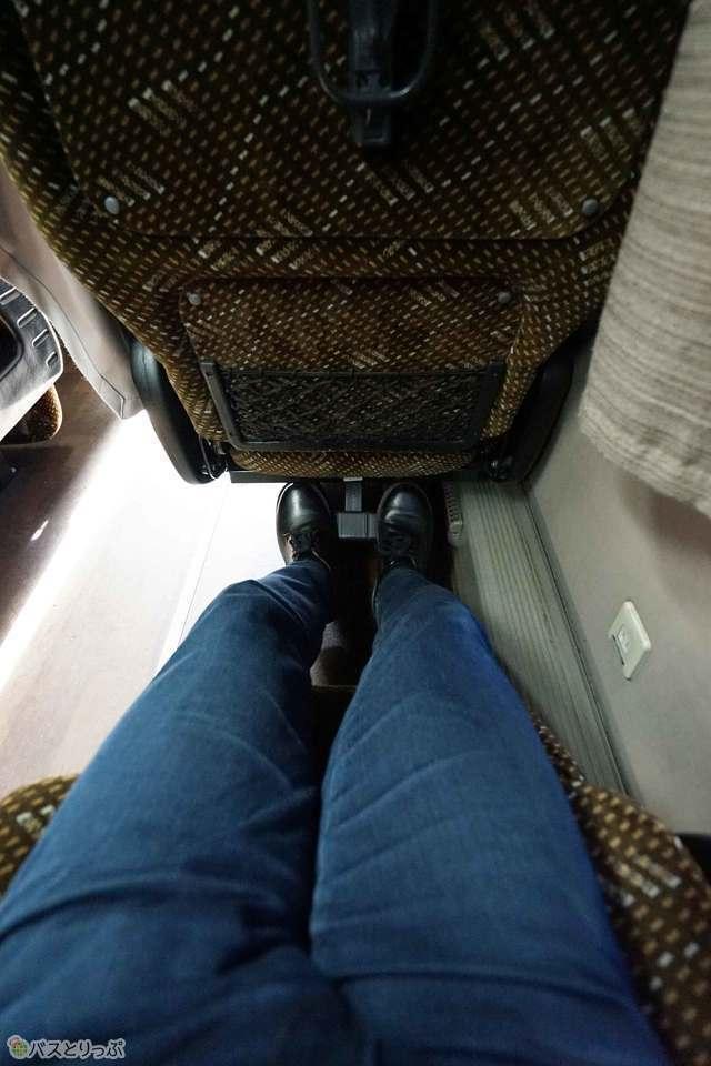 脚が伸び伸びゆとりのシートピッチ