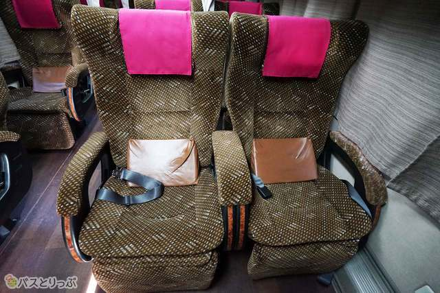 座面が広いスーパーワイドシートを採用