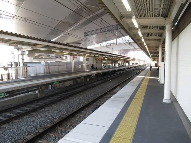 駅ホーム全景