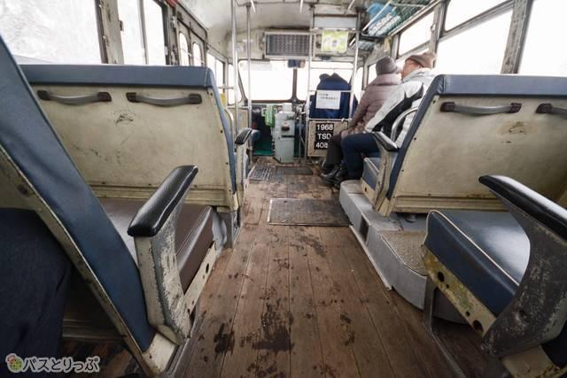 ところどころ改装が加えられつつ、歴史の蓄積を感じさせる板張りの車内
