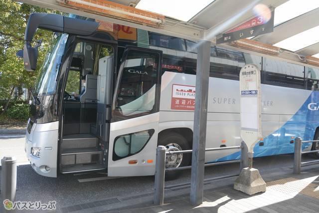 いすゞ自動車の最新型大型バス「ガーラ」で送迎
