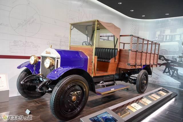 エントランスそばには、いすゞの前身の東京石川島造船所時代に造った初のトラック「ウーズレーCP型」の展示が