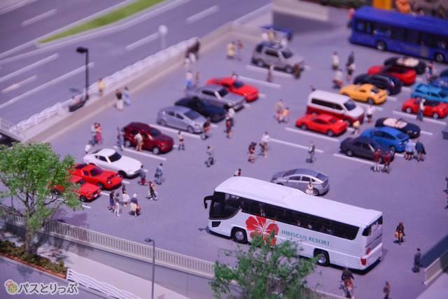 人々の生活に溶け込むいすゞのバス