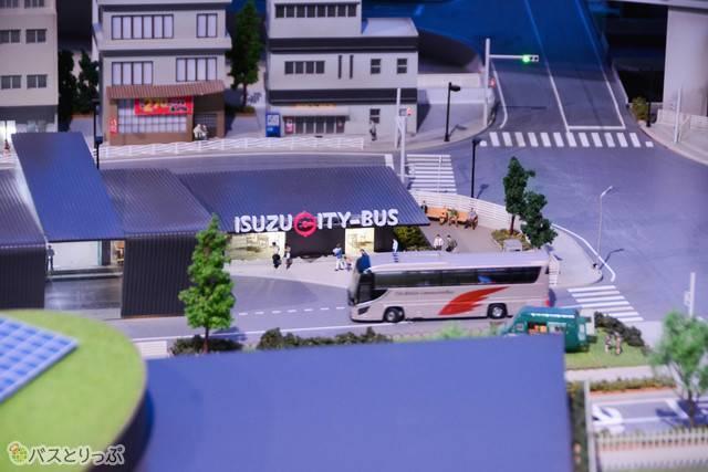 バスターミナルに入っていくバス