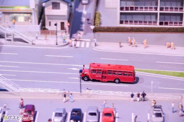 レトロなボンネットバスも登場