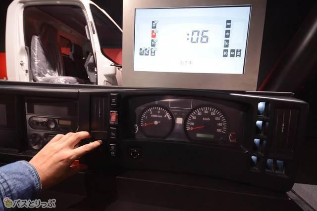 運転席の細かな部品をパズルのように当てはめる体験ができる艤装(ぎそう)の工程